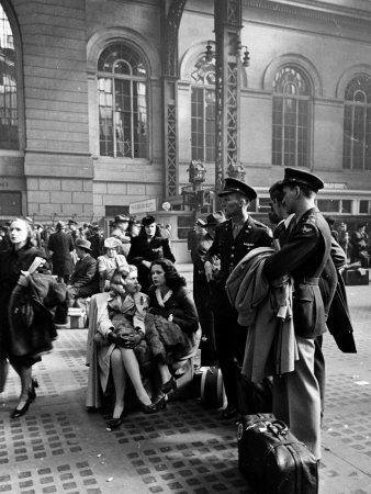 749379servicemen-and-civilians-waiting-for-trains-at-pennsylvania-station-during-wartime-posters
