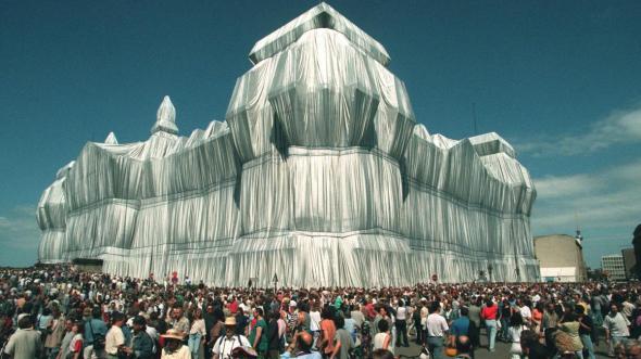 Verhuellter-Reichstag-zieht-hunderttausende-Besucher-an